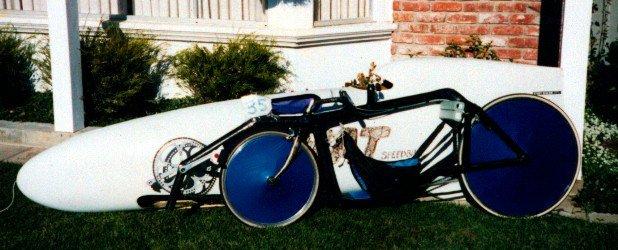 Vélo couché caréné Cutting Edge ; cadre devant le carénage