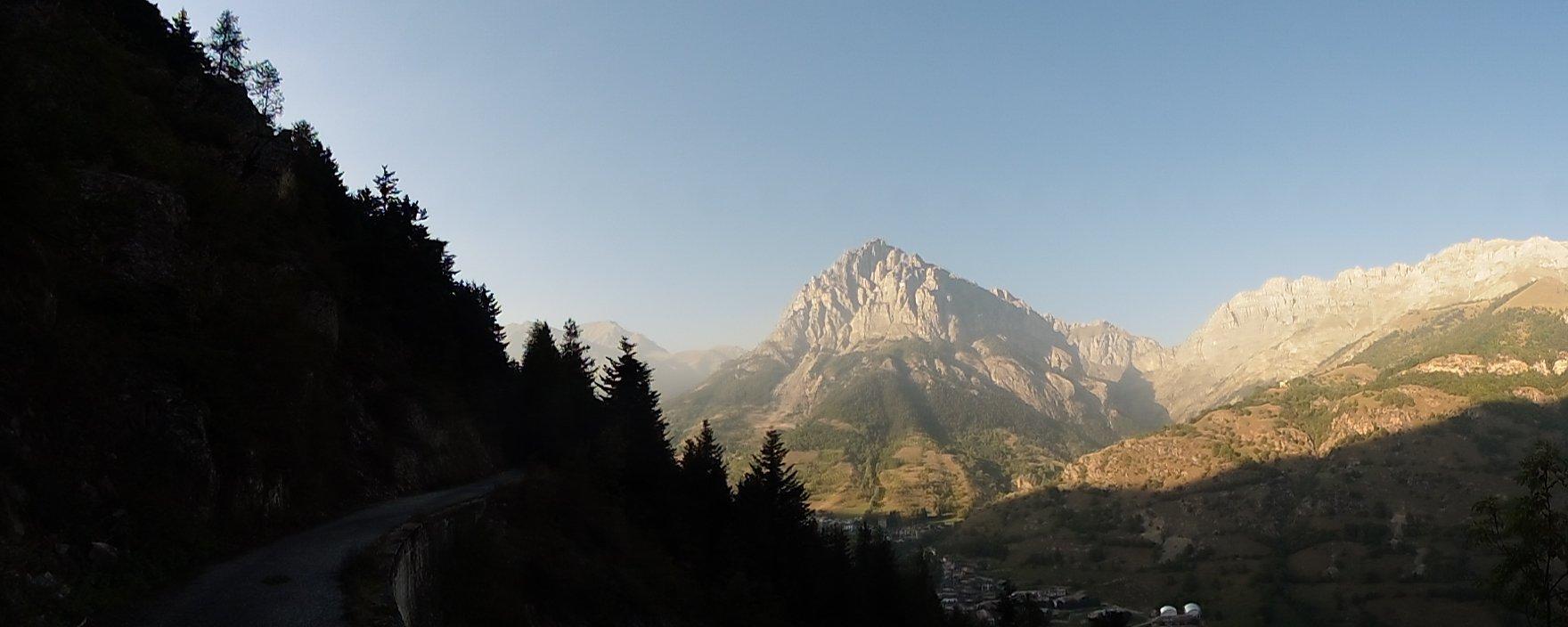 Panorama depuis la Cyclovia en corniche au dessus du Val Stura ; le mont Bersaio 2386 m