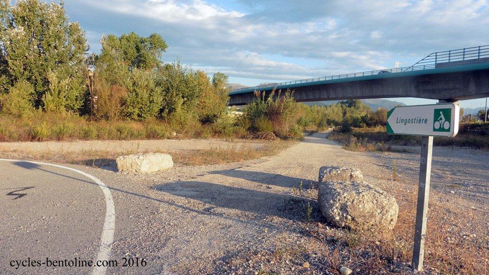 Le chemin de halage de la rive gauche du Var rejoint une piste cyclable qui mène à l'aéroport de NICE