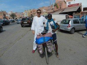 Rencontre avec un jeune Béninois qui arrive de la côte sud après un périple de 5000 km. Il va jusqu'à Lyon.