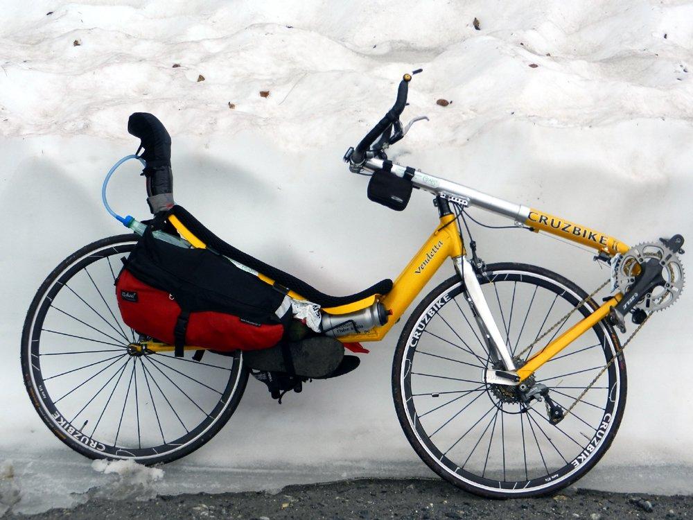 Vélo couché traction directe dans la neige d'un talus (3 m) à 1950 m, Lac des Fées, Savoie Beaufortain